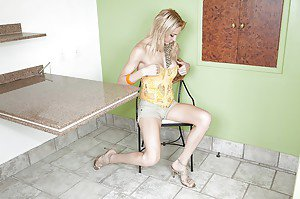 Tasty white shemale Laviny Albuquerque spread her legs and jerked off