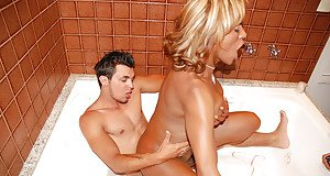 Hardcore interracial shemale on male anal sex and kissing in bathtub